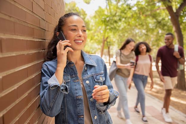 Studenci średniego strzału spacerujący po kampusie