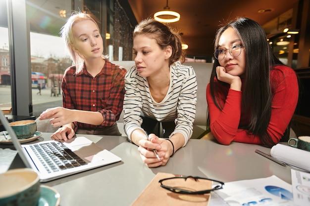 Studenci studiujący na komputerze