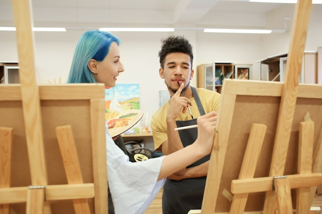 Studenci sztuki malują w warsztacie