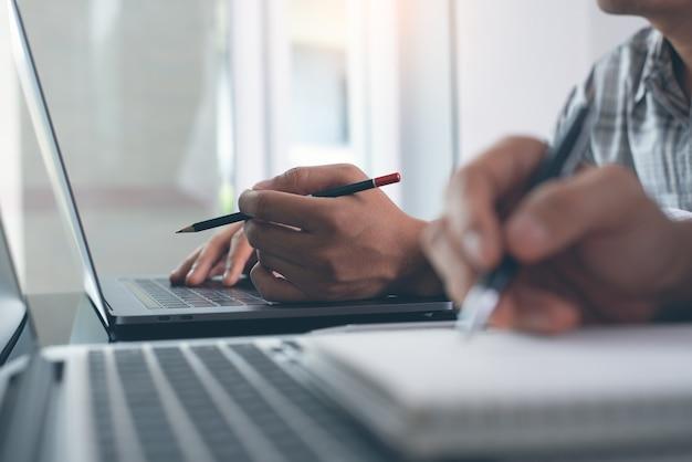 Studenci uczący się online na komputerze przenośnym