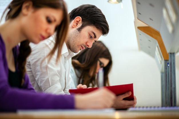 Studenci uczący się w bibliotece