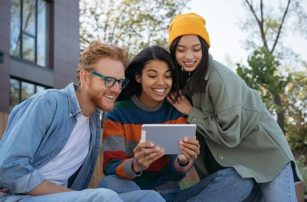 Studenci uniwersytetu studiujący razem koncepcję edukacji online
