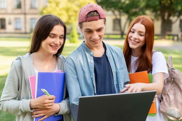 Studenci uniwersytetu wspólnie omawiają projekt