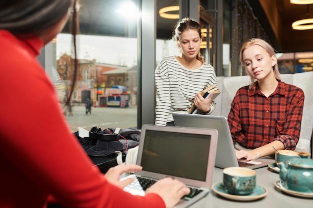 Studenci używający komputerów do nauki