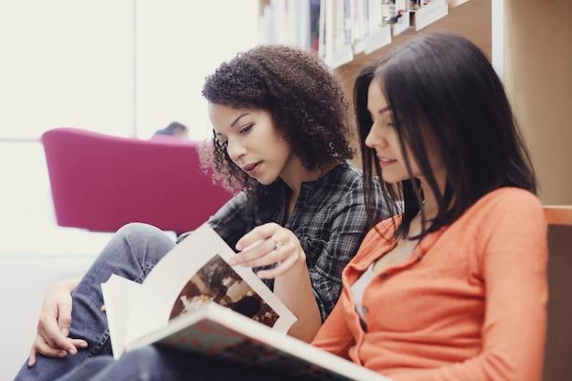 Studenci w bibliotece