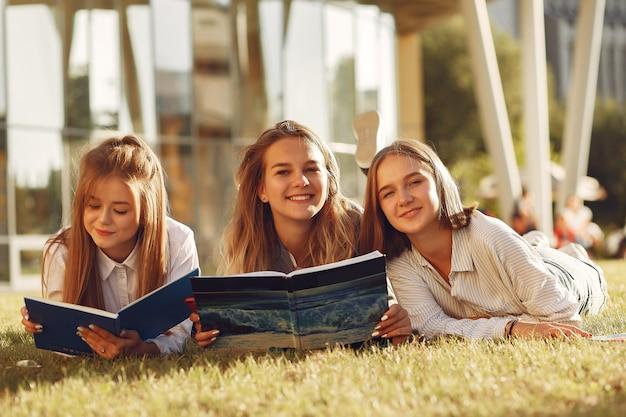 Studenci w kampusie z książkami i torbami