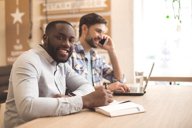 Studenci w kawiarni wspólnie studiują koncepcję edukacji