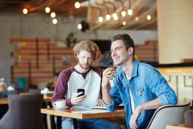 Studenci w kawiarni