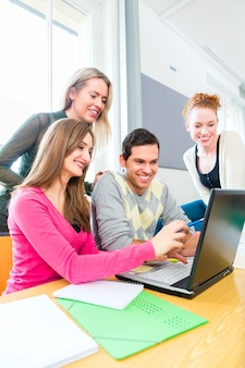 Studenci w nauce pracy zespołowej