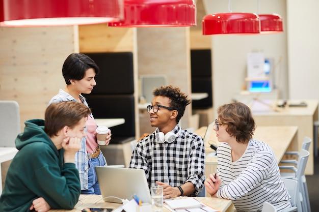 Studenci w nowoczesnej kawiarni