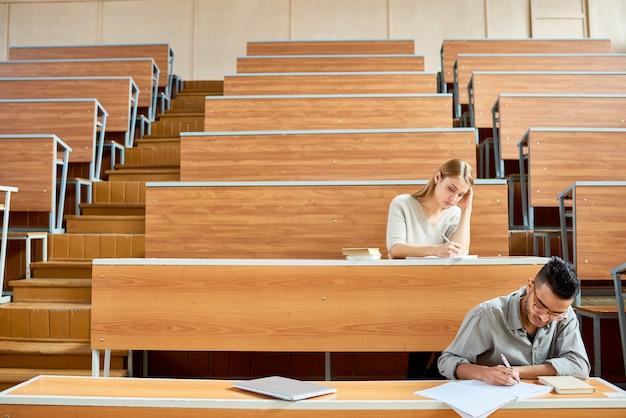 Studenci w pustej sali