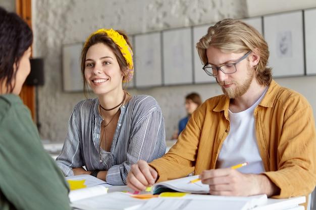 Studenci wspólnie pracujący nad projektem