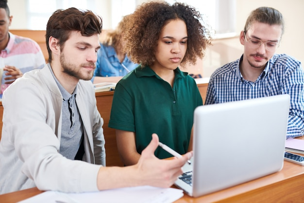 Studenci z laptopem