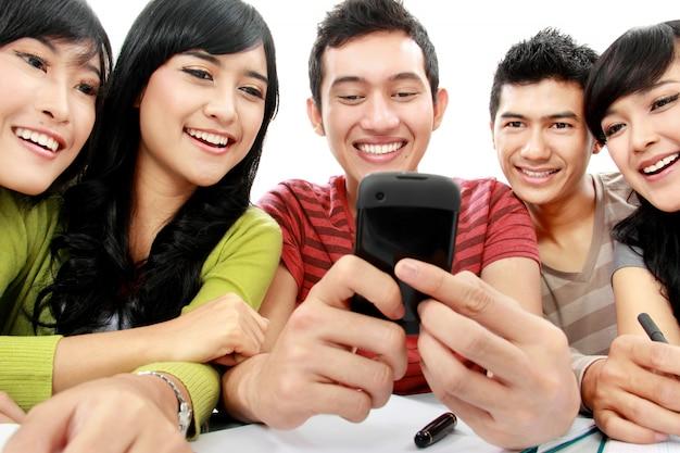 Studenci z telefonem komórkowym