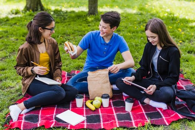 Studenci zabawy podczas lunchu