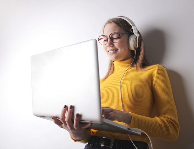 Studencka dziewczyna pracuje na laptopie