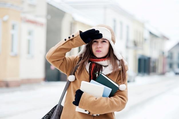 Studencka dziewczyna w okresie zimowym