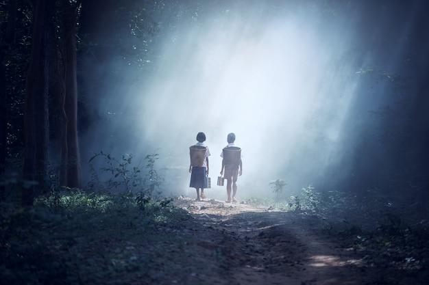 Studencka mała azjatycka chłopiec i dziewczyna, wieś w tajlandia
