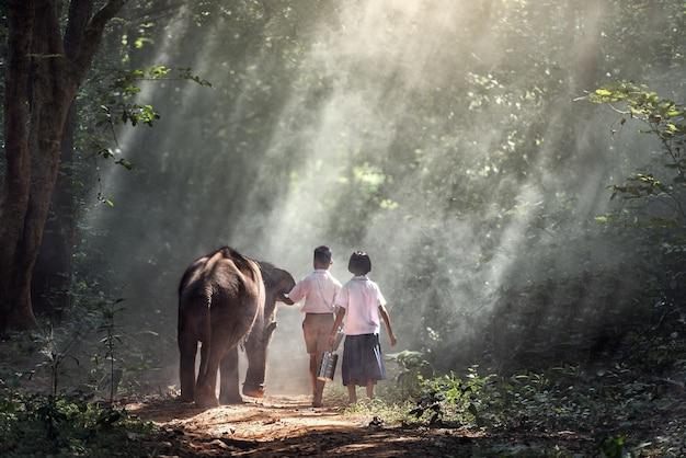 Studencka mała azjatykcia chłopiec i dziewczyna, wieś w tajlandia