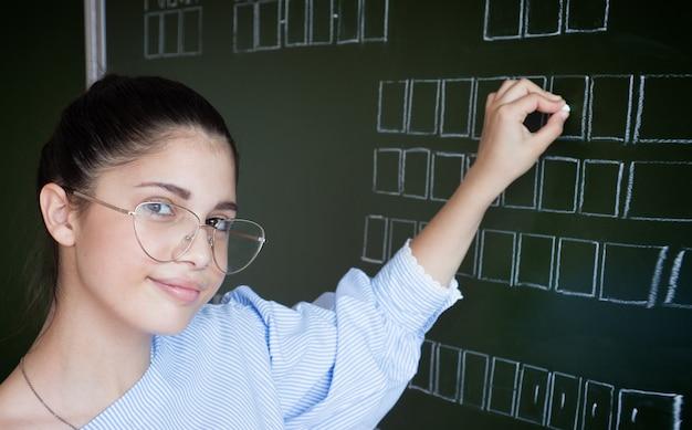 Studencki writing na blackboard z kredą