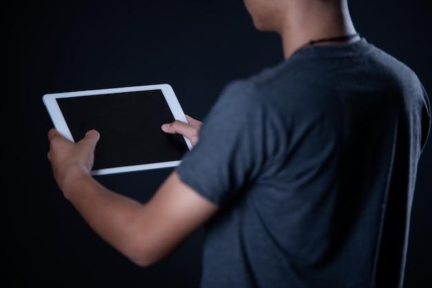 Student chłopiec korzysta z laptopa, nauka online, edukacja