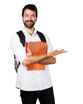 Student człowiek prezentuje coś