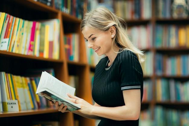 Student czyta książkę w bibliotece