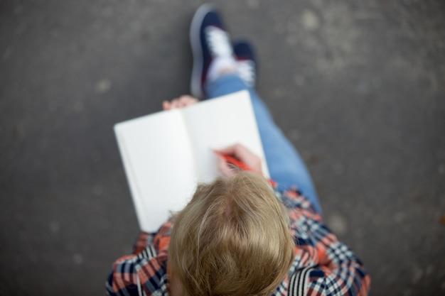 Student dziewczyna dokonywania notatek w skopiować