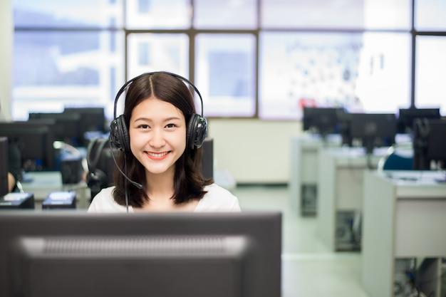 Student kobieta pozowanie z komputerem podczas nauki w pokoju it.