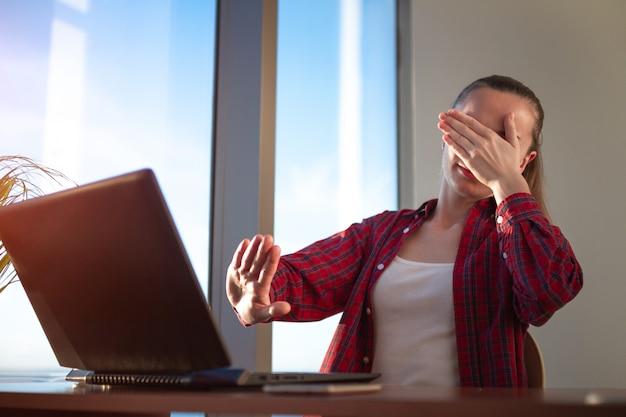Student korzystający z usługi edukacji online