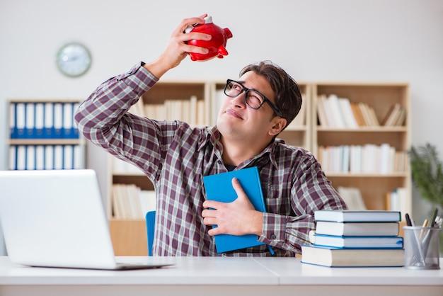Student łamie skarbonkę, aby opłacić czesne