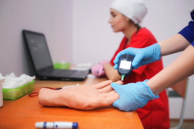 Student medycyny bierze manekina do badania krwi. szkolenie lekarzy uniwersytetu