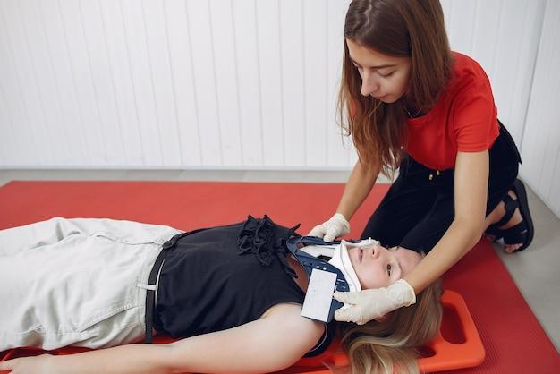 Student medycyny ćwiczy