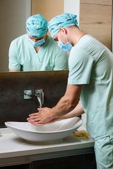 Student medycyny myje ręce pod bieżącą wodą