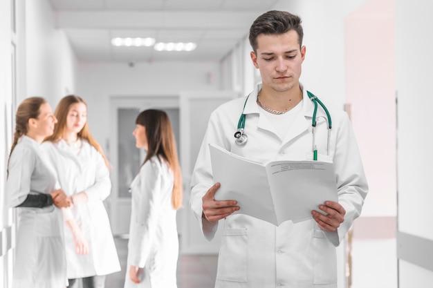 Student medycyny z dokumentami w klinice