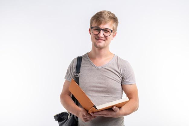 Student mężczyzna czyta książkę na białym
