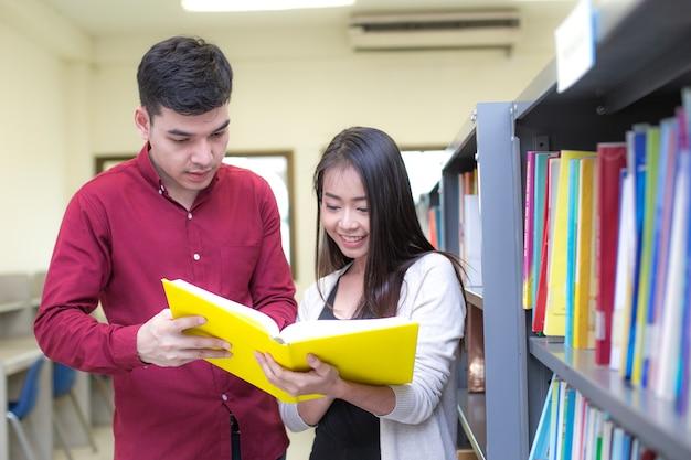 Student na pierwszym planie trzyma książki do czytania