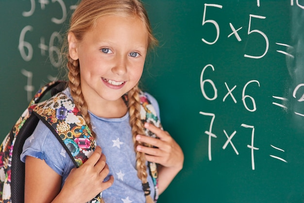 Student obok tablicy z numerami