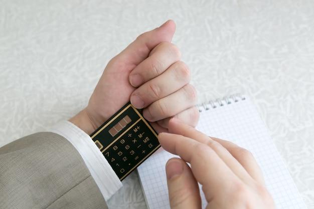 Student odpisuje na egzaminie korzystanie z zabronionych materiałów.