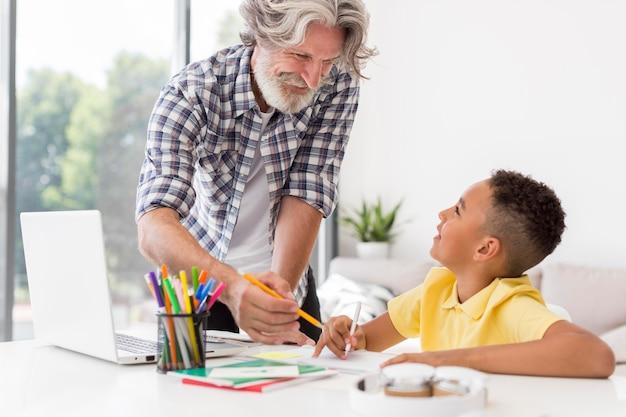 Student patrzy na nauczyciela wyjaśniającego lekcję