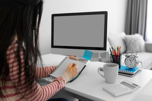 Student pisze na notebooku z bliska