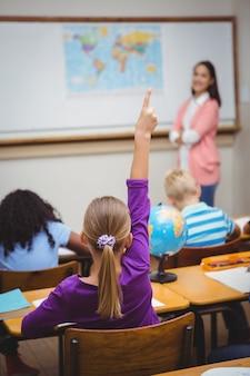 Student podnosząc rękę, aby zadać pytanie