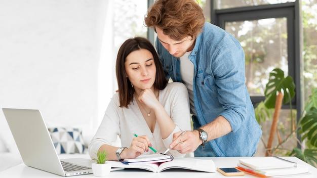 Student pokazuje swoje notatki nauczycielowi