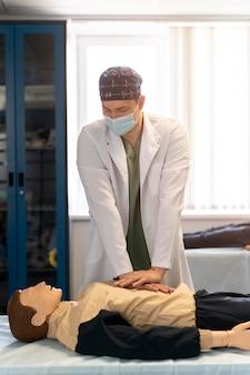 Student praktykujący medycynę