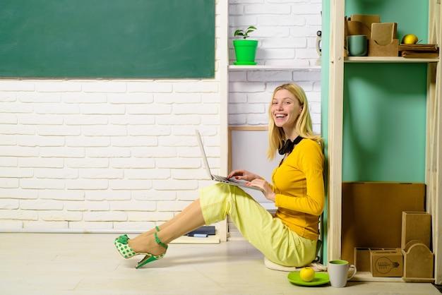 Student przeglądający internet wysyłający sms-y przygotowujący się do testu lub egzaminu w domu życie studenckie miłość na uniwersytecie