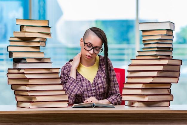 Student przygotowujący się do egzaminów na studia