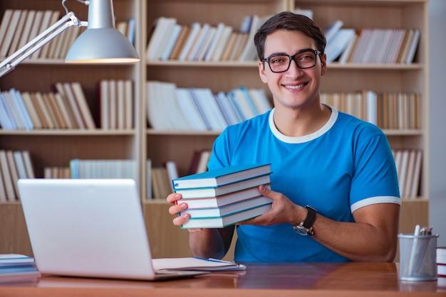 Student przygotowuje się do egzaminów na studia