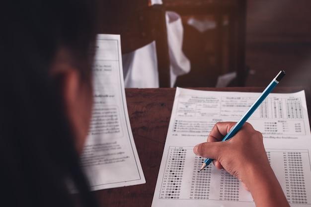 Student robi egzamin ze stresem w klasie szkolnej