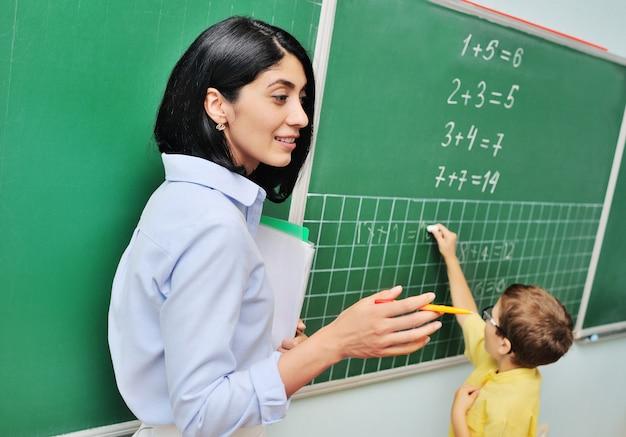 Student rozwiązujący zadanie matematyczne na tablicy