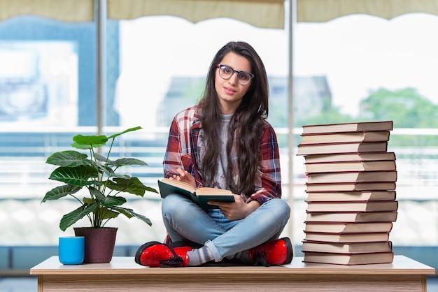 Student siedzi na biurku z książkami